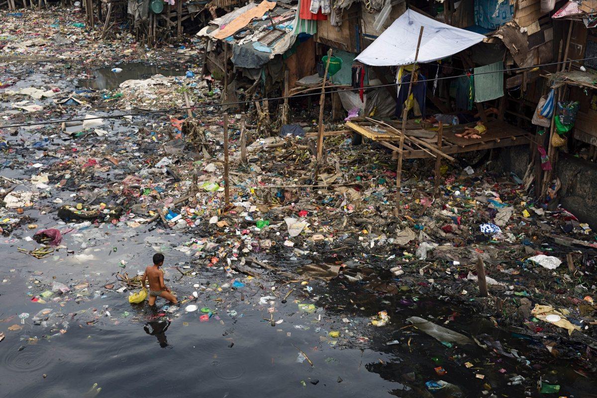 Der Pasig mündet in der Manilabucht – und bringt massenweise Abfall mit. Der Fluss wurde 1990 bereits für tot erklärt, inzwischen hat sich sein Zustand stellenweise etwas verbessert. Doch vor allem in den Nebenflüssen blubbert und gärt es nach wie vor, berichtet Meyer-Krotz.