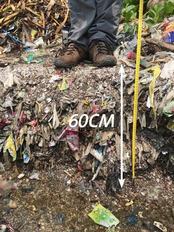 60 Zentimeter dick ist die Müllschicht am Strand von Freedom Island. Darin enthalten sind hauptsächlich Plastikteile.