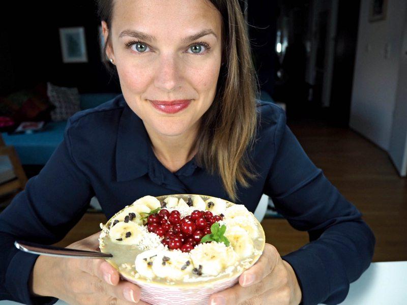 Zum Frühstück mischt Lisa Maria Otte Bananen, gern aus dem Eisfach, mit Sojamilch, darauf kommen Haferflocken, Johannisbeeren und gepopptes Amaranth.