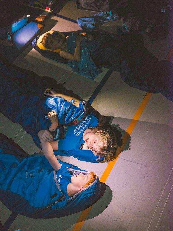 ... und übernachten zusammen in der Turnhalle der Europaschule Bornheim.