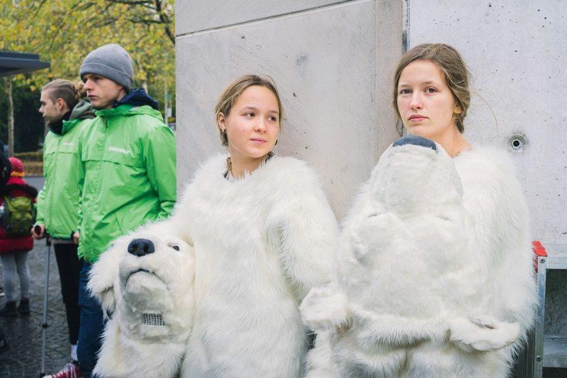 Das Eis der Arktis schmilzt – Eisbären mögen die Erderwärmung nicht. Celine aus Münster und Marthe aus Hamburg schlüpfen aus ihren Kostümen