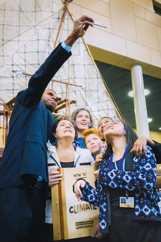 """Selfie mit UN-Klimachefin Espinosa: Greenpeace-Kids übergeben zusammen mit Zeugen des Klimawandels ihr Klimaschutz-""""Regelbuch"""""""