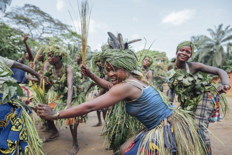 Mit Tänzen begrüßen die Dorfbewohner die Gäste.