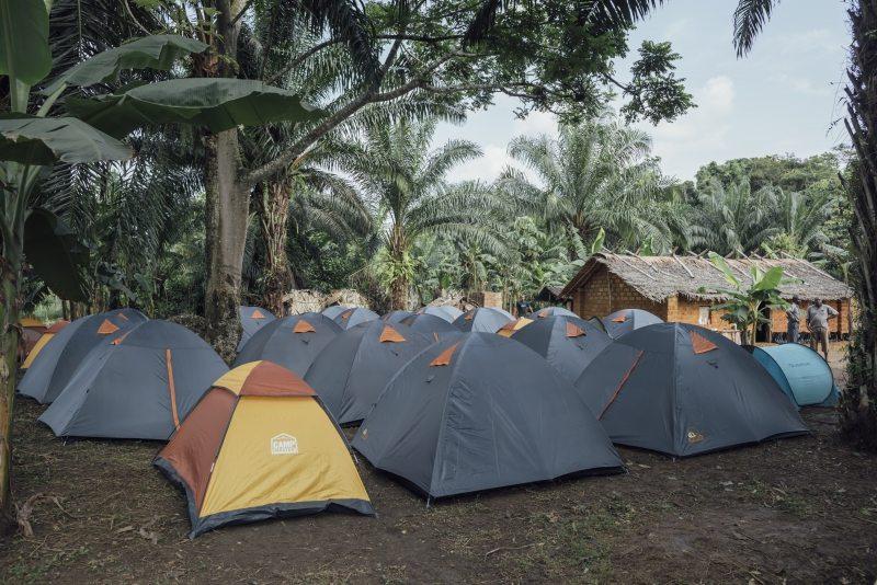 Die Nächte verbringen die Greenpeacer und Journalisten in Zelten. Richtig ausgeschlafen ist keiner: Die Luftfeuchtigkeit ist drückend, und die Sonne knallt ab vier Uhr morgens auf die Zeltdächer.