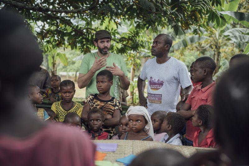 Zurück auf dem Dorfplatz erklärt Stoppel zusammen mit seinem afrikanischen Kollegen Raoul Monsembula den neugierigen Kindern, was erforscht wird und wie das alles mit dem Klimawandel zusammenhängt.