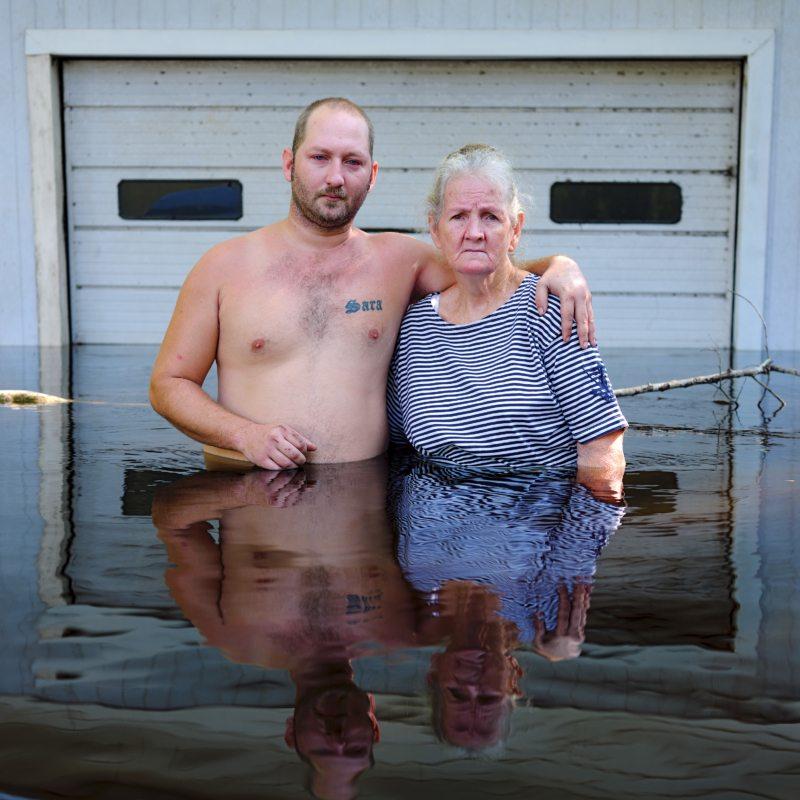 """Terence Mckeen mit seiner Mutter Gloria, 2017 in Florida: """"Wir brachen in Tränen aus, als wir sahen, dass unser Haus komplett unter Wasser steht."""""""