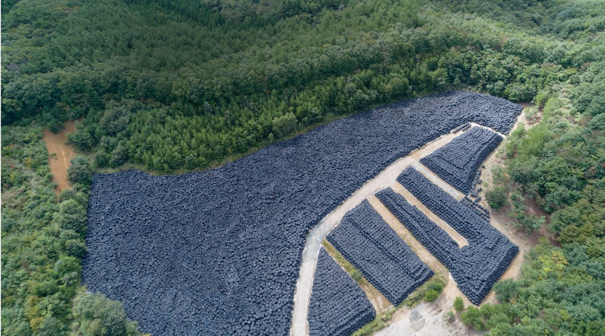 In fast 150.000 solchen Lagern in der Region rund um das havarierte Atomkraftwerk stapeln sich Säcke mit verstrahlter Erde. Niemand weiß, wohin mit dem Atommüll.