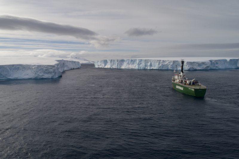 """Aufwendige Expedition: Um zu dokumentieren, warum die Antarktis schützenswert ist, war Greenpeace mit dem Eisbrecher """"Arctic Sunrise"""" im Südpolarmeer unterwegs. Eine Reise in diese abgelegene Region und die Forschung vor Ort ist aufwendig und teuer. Um nur ein paar Beispiele zu nennen: Die Satellitenübermittlung von fünf Fotos kostet 90 Euro, ein Überlebensanzug 500 Euro – und jeder Einsatz des Tauchbootes summiert sich auf 9500 Euro."""