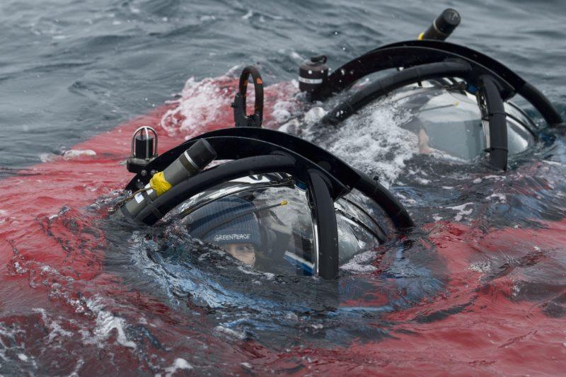 Sandra Schöttner im Moment des Abtauchens in die Tiefen der antarktischen Gewässer.
