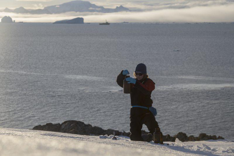 Greenpeace-Meeresexpertin Sandra Schöttner nimmt Schnee- und Wasserproben. Erste Laborergebnisse belegen: Mikroplastik und gefährliche Substanzen wie per- und polyfluorierte Chemikalien finden sich auch in so abgelegenen Gebieten wie der Antarktis wieder.