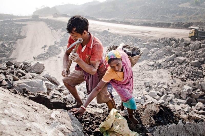 Im ostindischen Jharia brennen seit mehr als hundert Jahren unterirdische Feuer. Die Brandherde sind Kohleflöze, die sich entzündet haben und nicht zu löschen sind. Diese Kohlefeuer stoßen jeden Tag riesige Mengen klimaschädliches Kohlendioxid aus.