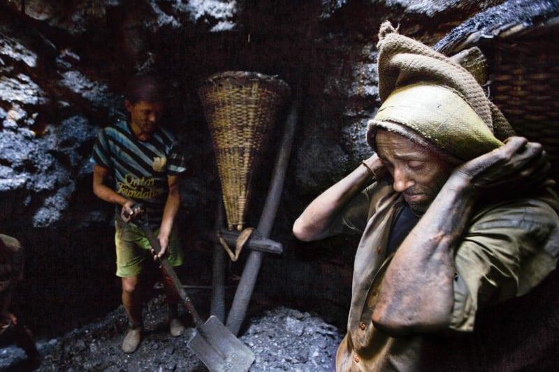 Mit bloßen Händen graben viele Frauen und Kinder in den Tagebauregionen illegal Kohle aus. Sie haben oft keine andere Wahl als unter katastrophalen Bedingungen zu arbeiten, um wenigstens ein paar Rupien zu verdienen.