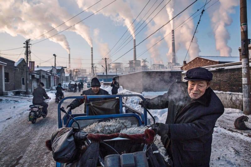 China investiert so viel wie kein anderes Land in die Energiewende. Langfristig sollen vor allem erneuerbare Energieträger die Kohle ersetzen. Ein gigantisches Vorhaben, denn Ende 2017 lag die Kapazität der chinesischen Kohlekraftwerke bei 985 Gigawatt. Bis 2020 sollen mehr als 100 Gigawatt hinzukommen – obwohl der Energiebedarf rückläufig ist. Der Anteil der Wind- und Solarkraft am Energiemix liegt derzeit bei knapp sieben Prozent.