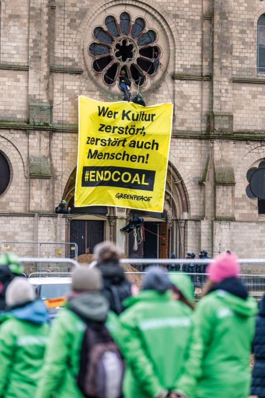 Greenpeace-Protestaktion gegen den Abriss des Immerather Doms – Anfang Januar musste die denkmalgeschützte Kirche dem Braunkohletagebau weichen. Kommt es im Anschluss von Protesten zu Auseinandersetzungen mit Polizei und Gerichten, steht der Umwelt-Rechtshilfefonds den Aktivistinnen und Aktivisten bei