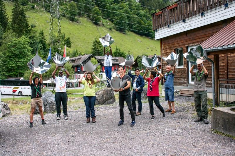 """Pappe, Folie, Schnur und Holz – und fertig ist der Solarkocher. Das Foto zeigt die """"Scouts go Solar"""" beim Trainingskurs 2018 im schweizerischen Kandersteg"""