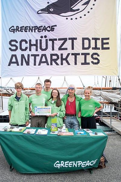 """Greenpeace-Aktivisten bedanken sich bei den Teilnehmenden der """"Deutschen Postcode Lotterie"""" für ihr Engagement"""