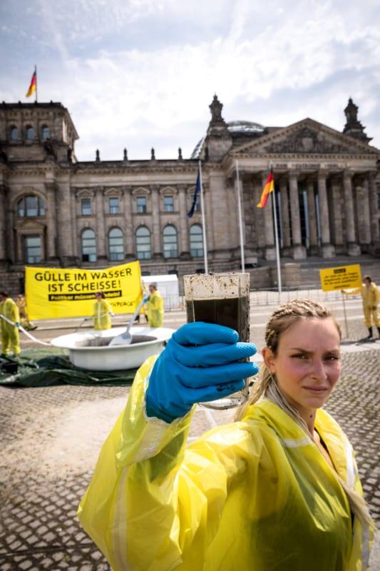 Mit einem riesigen Teller voller Gülle protestierten Greenpeace-Aktivisten im Juni 2018 für den Schutz des Grundwassers durch eine schärfere Düngeverordnung