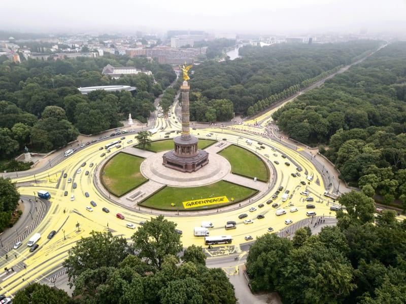 Zum Start der Kohlekommission Ende Juni verwandelten Greenpeace-Aktivisten den Verkehrskreisel um die Siegessäule in Berlin mit rund 3500 Litern gelber Wasserfarbe in ein weithin sichtbares Sonnensymbol