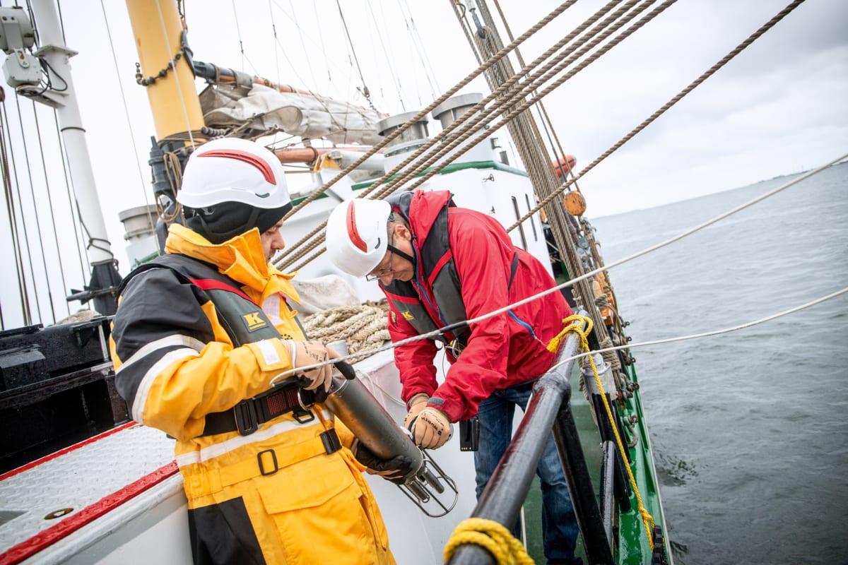 Mit dieser Sonde überprüfen Greenpeace-Aktivisten (rechts im Bild Chemieexperte Manfred Santen) den Sauerstoffgehalt in küstennahen Ostseegebieten