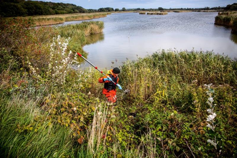 Auch von Land aus nehmen Greenpeace-Aktivisten Wasserproben, um sie im Anschluss unter anderem auf ihren Nitratgehalt hin zu untersuchen