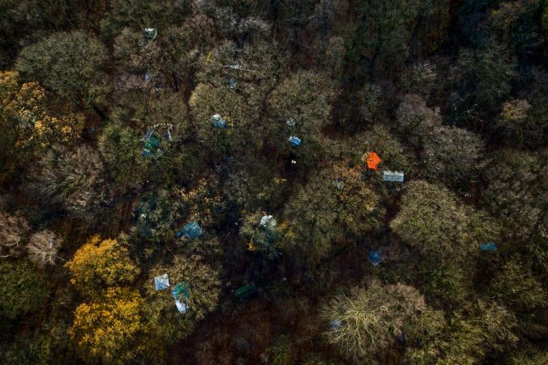 Farbtupfer im Hambacher Wald – diese Luftaufnahme entstand vor der Räumung der rund 60 Baumhäuser im vergangenen Herbst
