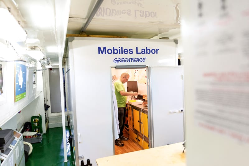 Das Greenpeace-Aktionschiff Beluga II verfügt über ein mobiles Labor