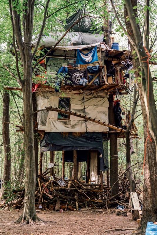 """Rund sechs Jahre lebten Klimaaktivistinnen und -aktivisten in Baumhäusern, die im September 2018 – kurz vor der Rodungssaison – """"mangels Brandschutz"""" zerstört wurden"""