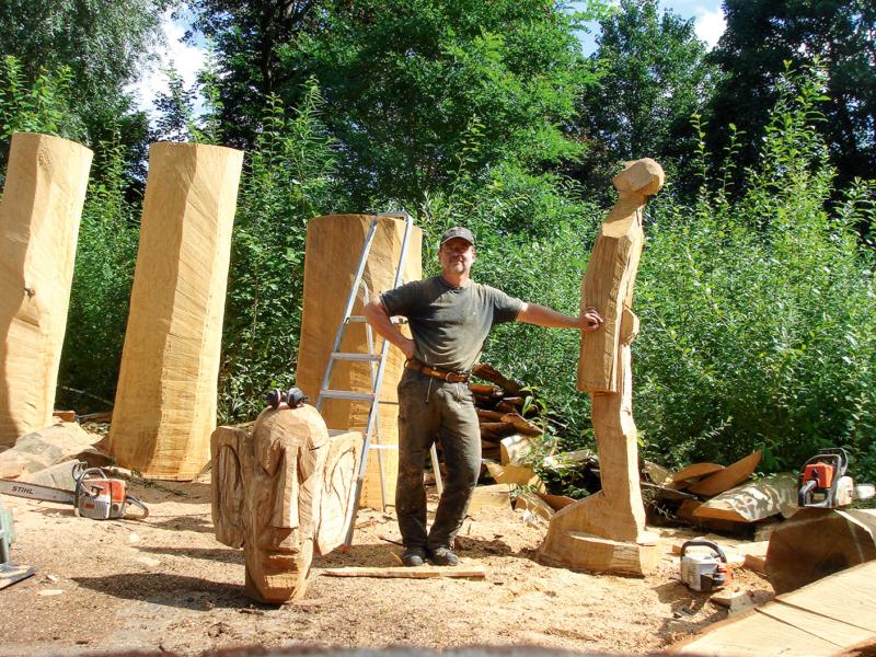 Förderer und Bildhauer Bernd Moenikes inmitten seiner Holzfiguren. Die filigrane Bronzeskulptur (oben) symbolisiert den Klimawandel