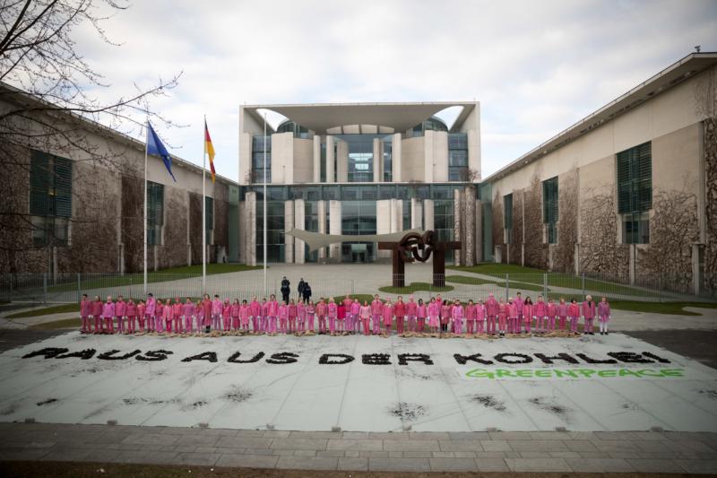 Performance in Pink: Vor dem Kanzleramt fordern Greenpeace-Aktivistinnen und -Aktivisten einen schnellen Ausstieg aus der Braunkohle