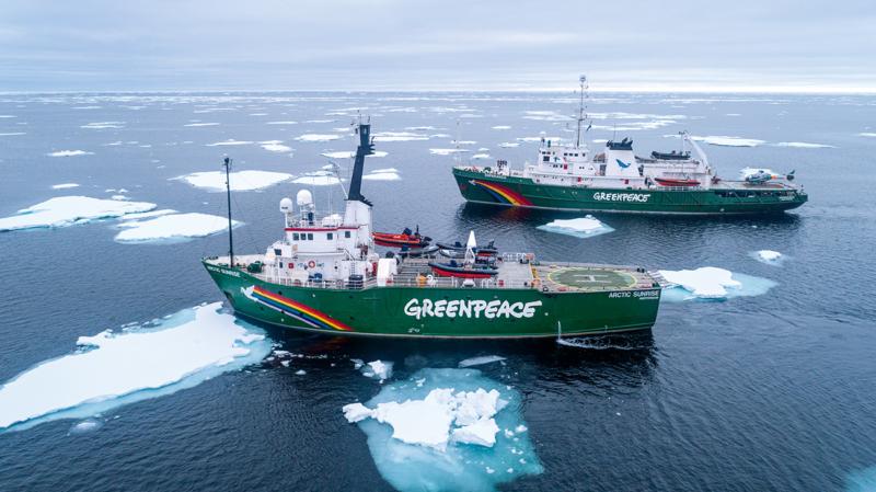 """Die Greenpeace-Schiffe """"Arctic Sunrise"""" (vorne) und """"Esperanza"""" erreichen die arktische Eiskante, die erste Etappe der fast einjährigen Pol-zu-Pol-Tour"""