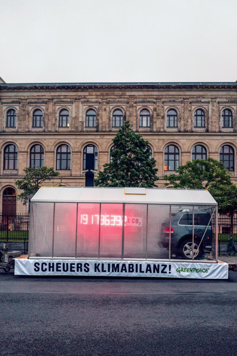 Mit einer CO2-Uhr mahnen Greenpeace-Aktivisten Verkehrsminister Scheuer, die dringend nötige Verkehrswende einzuleiten