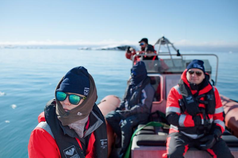 Auf Erkundungsfahrt mit Wissenschaftlern: Die Forscher nehmen Proben und untersuchen die Artenvielfalt in der Region Spitzbergen