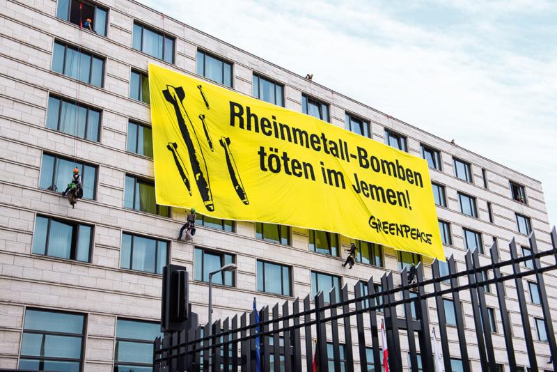 Bei der Rheinmetall-Hauptversammlung protestierten Greenpeace-Aktivisten gegen Waffenexporte an die Parteien des Jemen-Krieges