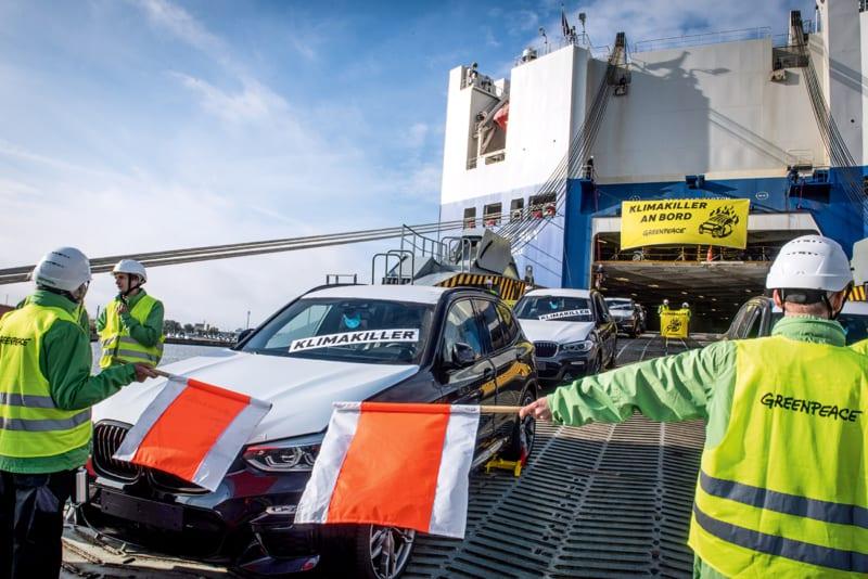 Klimaschädliche Fracht: In Bremerhaven protestieren Greenpeace-Aktivistinnen und -Aktivisten gegen klimaschädliche SUVs, die BMW und Mercedes in den USA und Südafrika produzieren und zu Tausenden nach Deutschland importieren