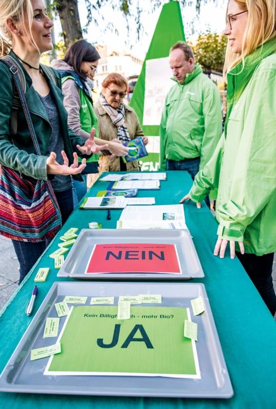 Wie in Kopenhagen soll auch hierzulande in öffentlichen Kantinen klimafreundliches Essen angeboten werden. Dafür warben Greenpeacer Ende Oktober in 40 deutschen Städten