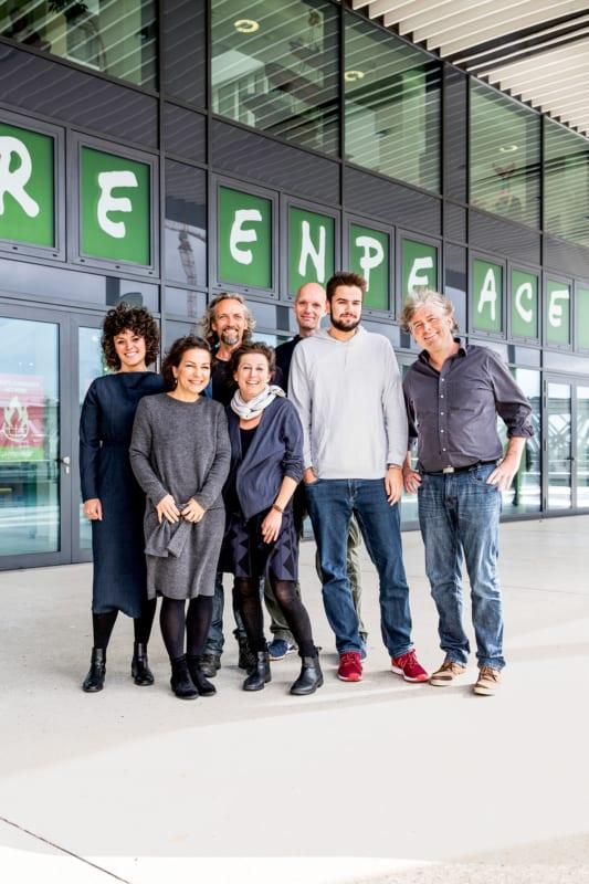 Das Greenpeace-Bildungsteam vor der Hamburger Greenpeace-Zentrale (v.l.): Katarina Roncevic, Sabine Beck, Thomas Hohn, Stephanie Weigel, Markus Power, Konstantin Herzig und Dietmar Kress
