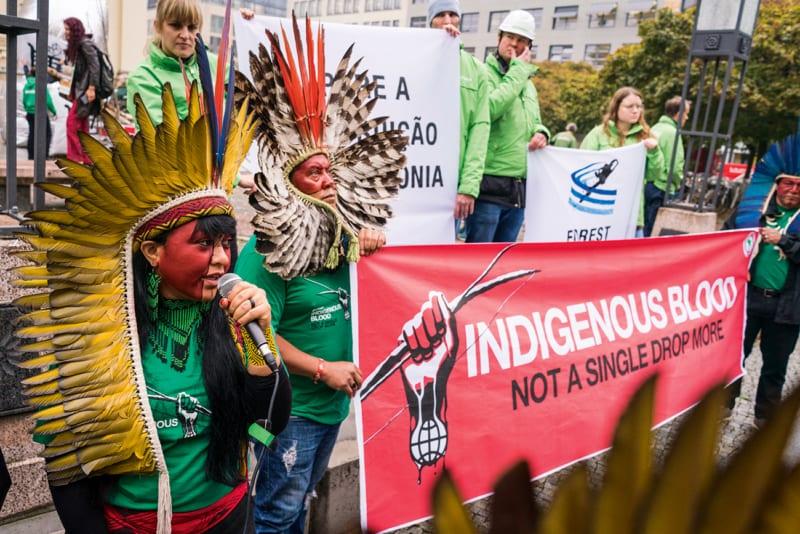Heimat und Leben in Gefahr: In Berlin konfrontieren brasilianische Indigene Nestlé, Unilever & Co., da sie noch immer Waldzerstörung in Kauf nehmen