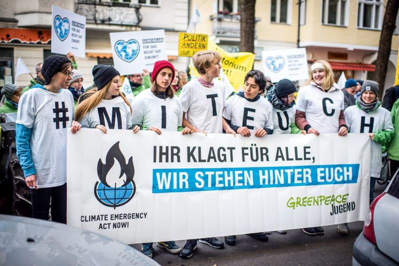 Solidaritätskundgebung vor dem Gerichtsgebäude: Rund 100 Menschen versammelten sich am Verhandlungstag der Klimaklage, um den Familien den Rücken zu stärken