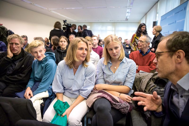 Während der Verhandlung: Greenpeace-Geschäftsführer Martin Kaiser (rechts) im Gespräch mit der Familie Backsen von der Nordseeinsel Pellworm