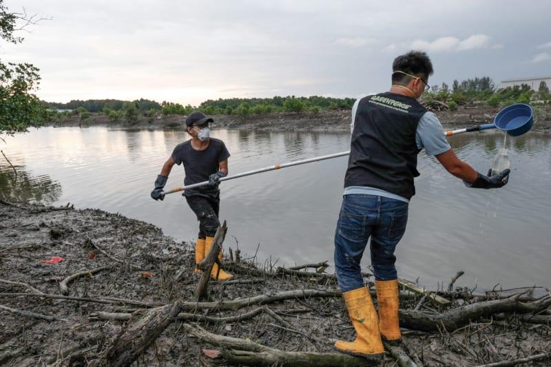 Nahe eines Industriegebietes im malaysischen Jenjoram nehmen Greenpeace-Aktivisten Wasserproben. Laboruntersuchungen belegen, dass diese hohe Konzentrationen von gefährlichen Schadstoffen enthalten
