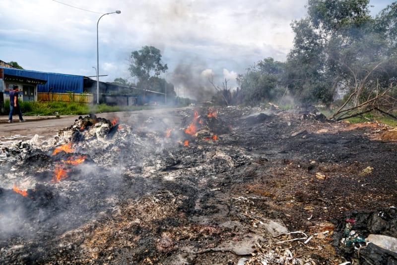 An vielen Orten in Malaysia brennt Plastikmüll, dabei entweichen giftige Dämpfe