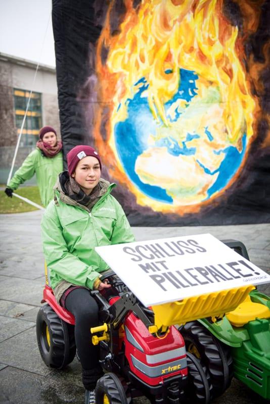 """""""Act now!"""" fordern Greenpeace-Jugendliche anlässlich des Landwirtschaftsgipfels im Kanzleramt"""