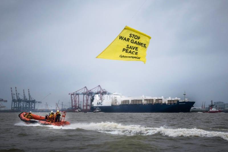 """Protest in Bremerhaven: Das Frachtschiff """"Endurance"""" hat Kriegsmaterial aus den USA für das Großmanöver """"Defender 2020"""" geladen"""