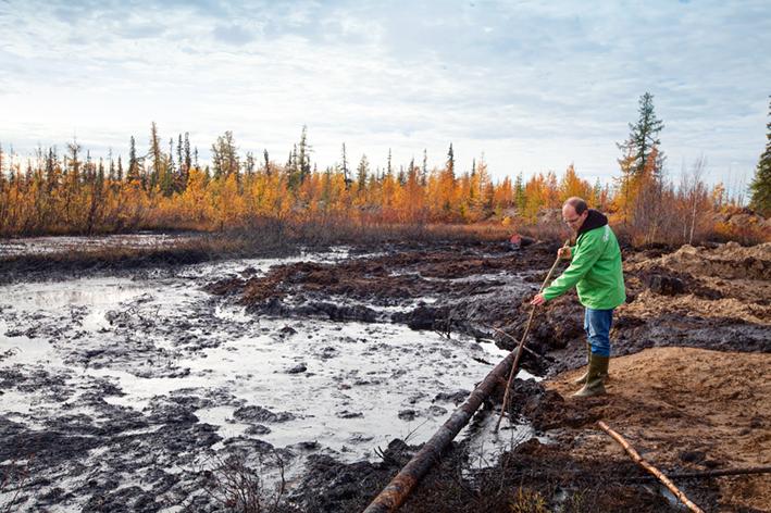 September 2011: Greenpeace-Ölexperte Jörg Feddern macht sich ein Bild von der großflächigen Ölverschmutzung infolge alter und leckender Pipelines in der Komi-Region in Russland