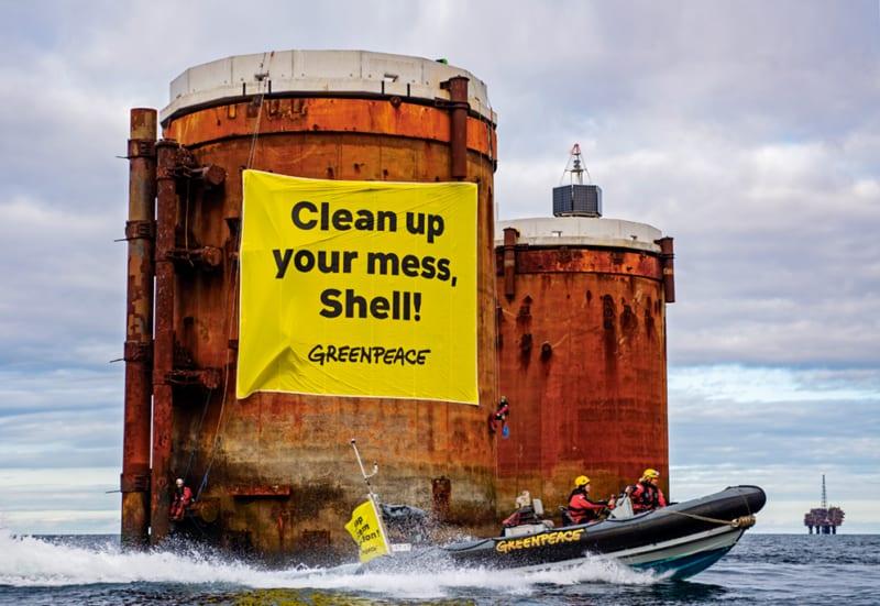 Greenpeace-Aktivistinnen und -Aktivisten bei einem Protest gegen Shell in der Nordsee im Oktober 2019