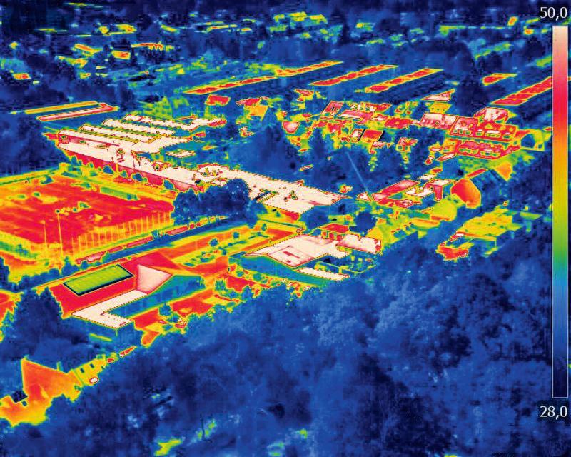 Mit einer Wärmebildkamera zeigt Greenpeace, wie Gebäude, Straßen und Parkplätze die Wärme speichern. Die blau gefärbten Bäume und Parks kühlen die Luft. Die Aufnahme zeigt den Rochuspark in Köln