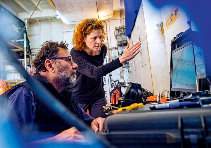 Greenpeace-Meeresexpertin Sandra Schöttner und ein Kollege werten aus, was der Unterwasserroboter am Grund der Nordsee filmte