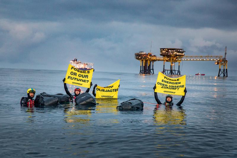 Schwimmender Protest: Greenpeace-Aktivistinnen und -Aktivisten protestieren für Klima- und Meeresschutz. Dänemark, das sich gerne als grüner Spitzenreiter gibt, ist in Wirklichkeit der größte Ölproduzent der EU
