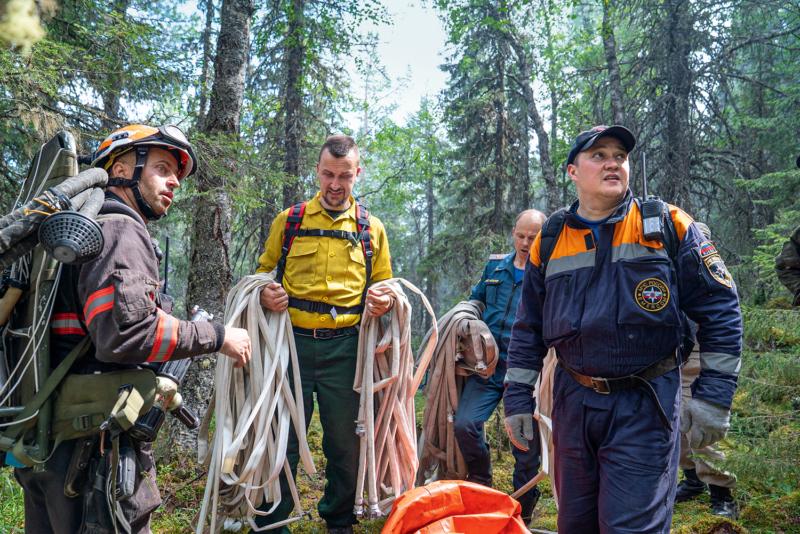 Die Firefighter von Greenpeace im Einsatz im Naturschutzgebiet Denezhkin Kamen