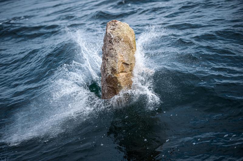 Platsch - wieder geht ein Koloss über Bord. Greenpeace dokumentiert die GPS-Daten der Versenkungsstellen